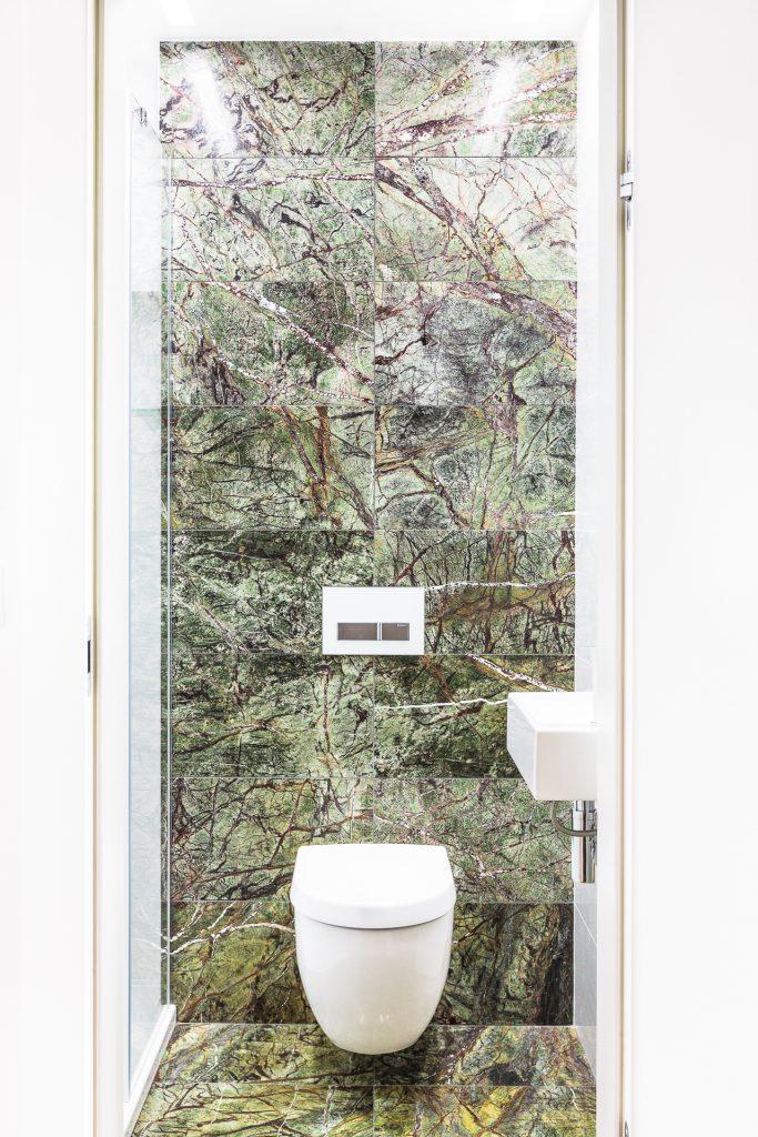 łazienka kamienna ściana