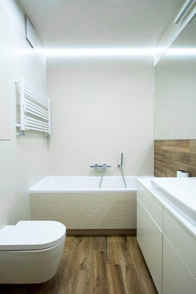 biała łazienka płytka z teksturą